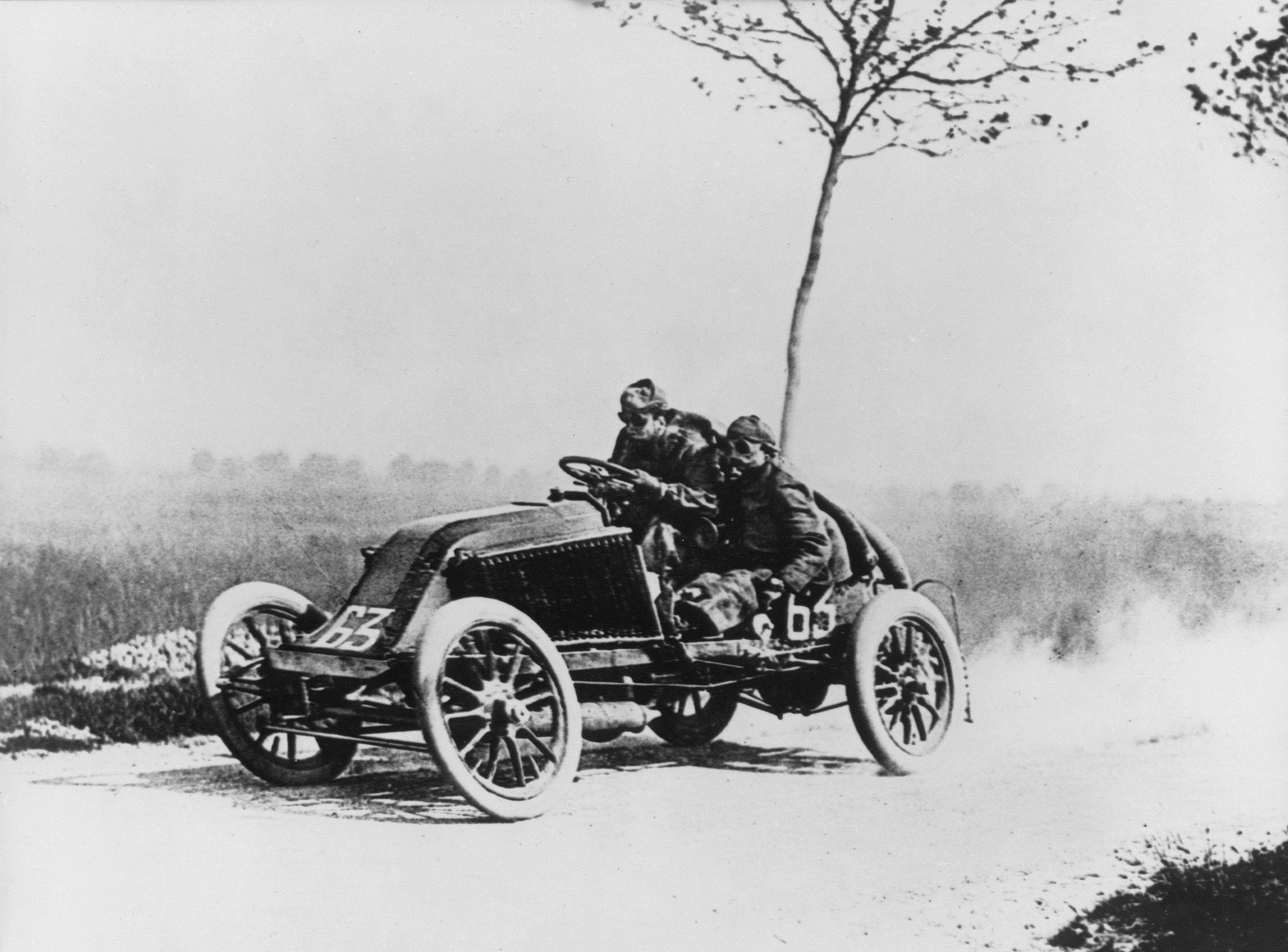 Marcel Renault i fullt øs under Paris-Madrid landeveisløpet i 1903. Det gikk fryktelig galt, og løpet ble avbrutt lenge før Madrid.