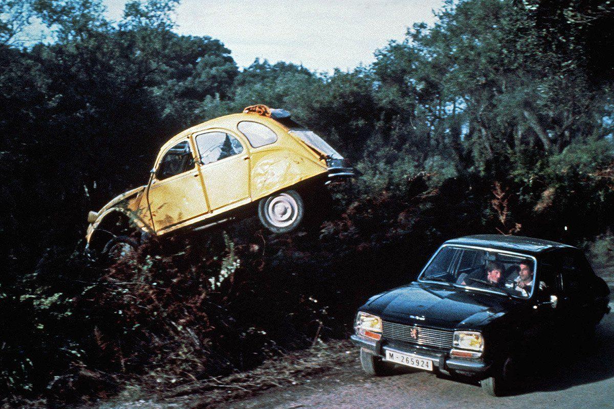 I James Bond-filmen «For your eyes only» ble to Peugeot 504 brukt av skurkene i biljakten hvor Bond og Melina kjører en Citroën 2CV.