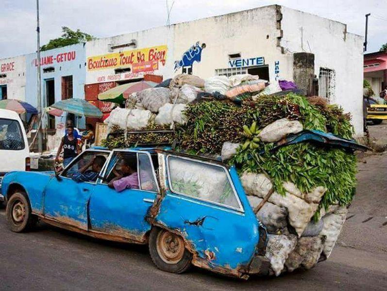 Ingen bil må gå gjennom så mye smerte og lidelse som Peugeot 504 før den dør. Her en sliten 504 i daglig bruk i Senegal.