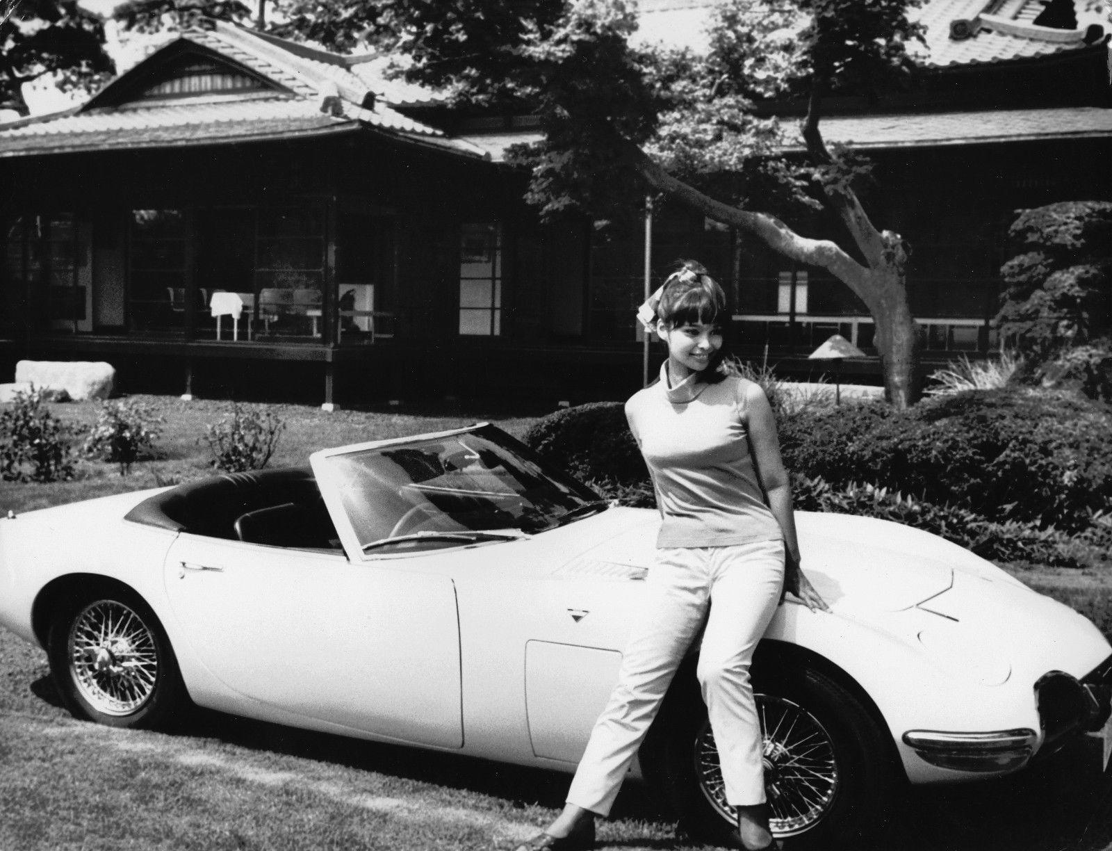 Akiko Wakabayashi sammen med den originale filmbilen på et PR-foto i anledning produksjonen.