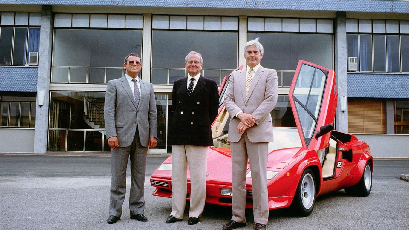 En stolt Lee Iacocca (i midten) etter at Chrysler hadde kjøpt Lamborghini
