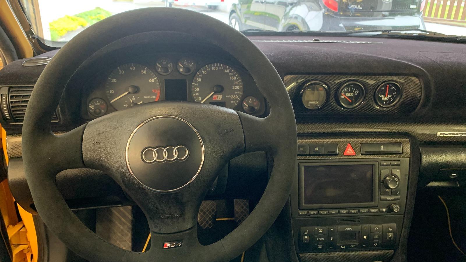 Deilig alkantara-ratt med RS4 emblemer.