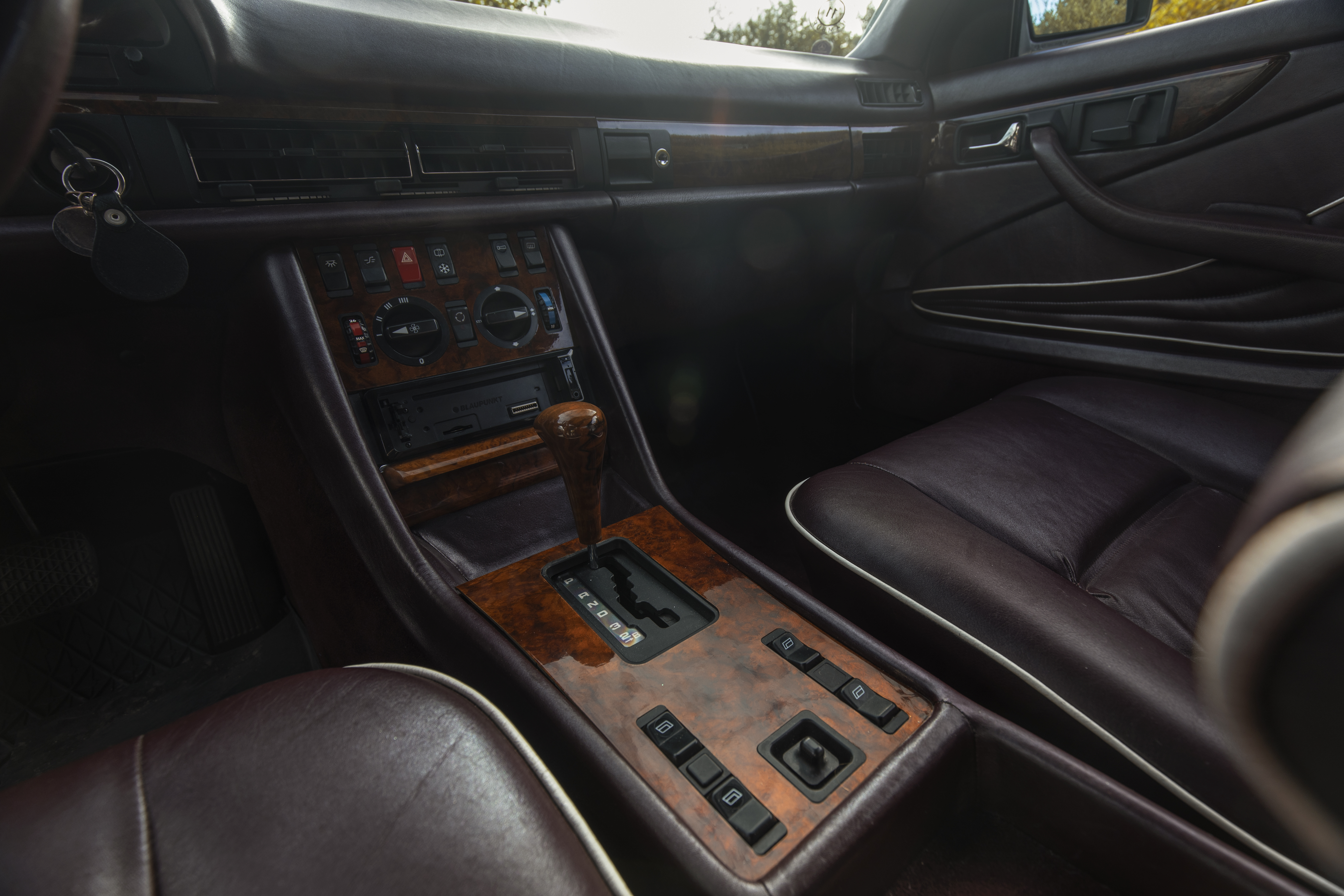 Klassisk Mercedes midtkonsoll med flott treverk