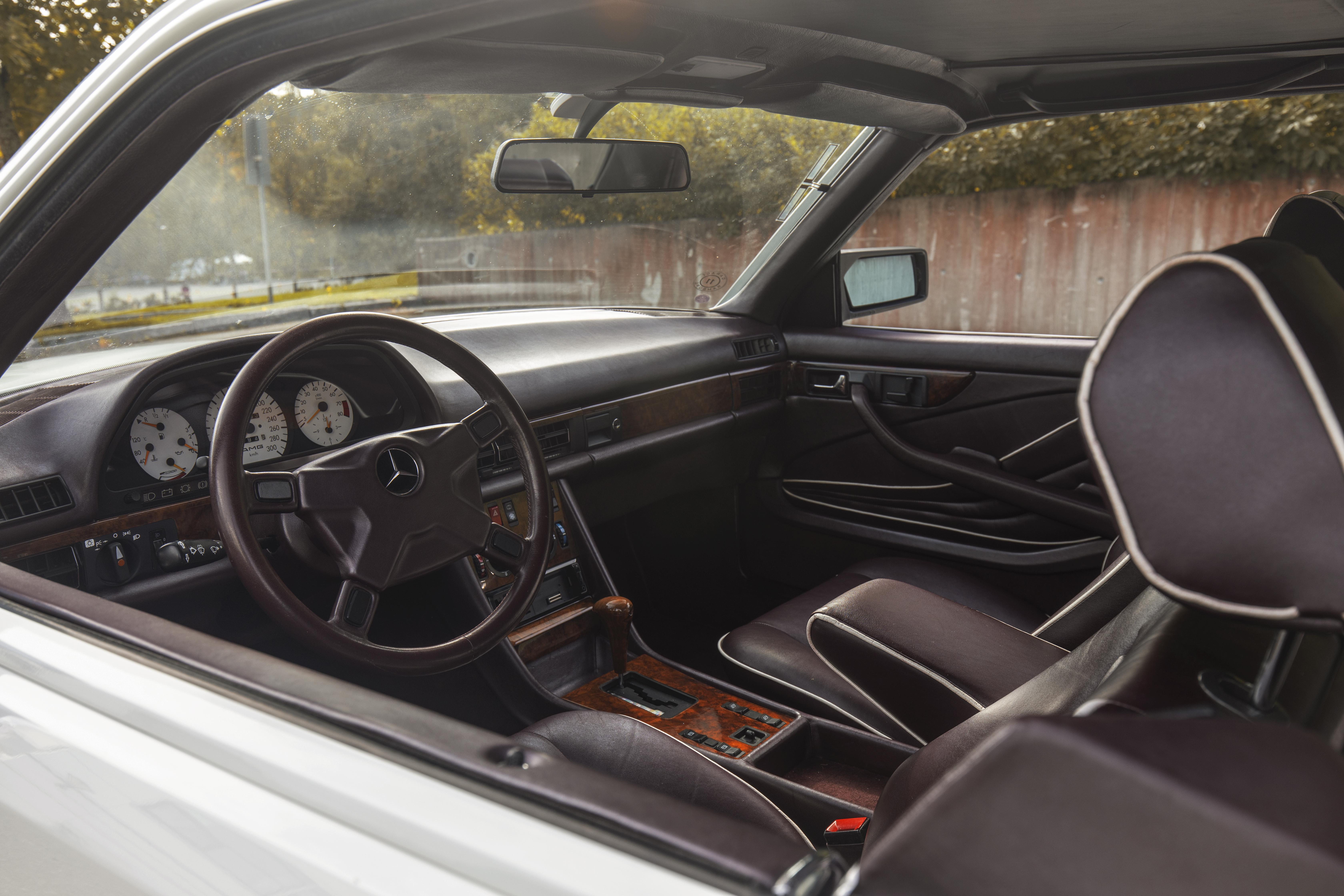 Interiøret var trukket i blå velur fra fabrikk, men AMG har trukket om absolutt hele innsiden i rødbrunt skinn