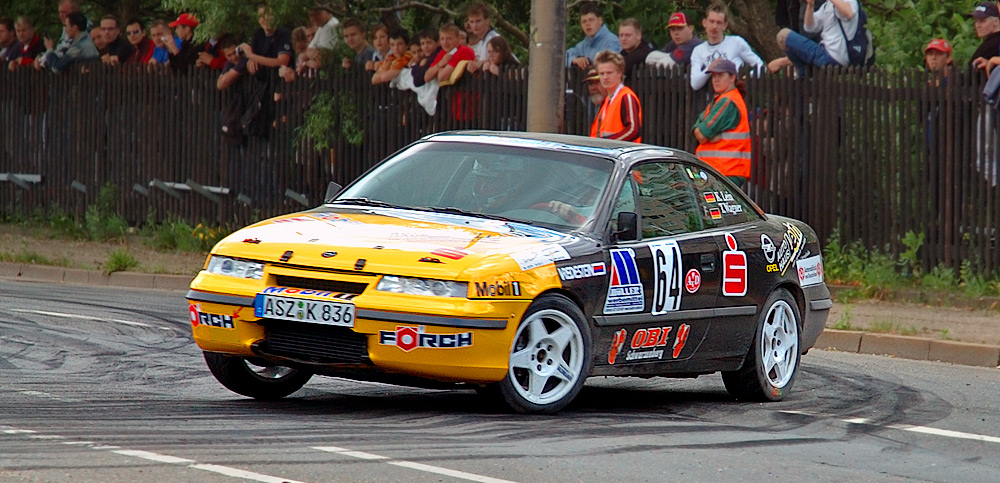 En 4x4 turbomatet Calibra i fri rally-dressur.