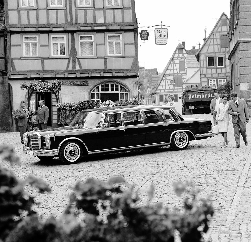 En 600 Pullman parkert på et tysk torg.