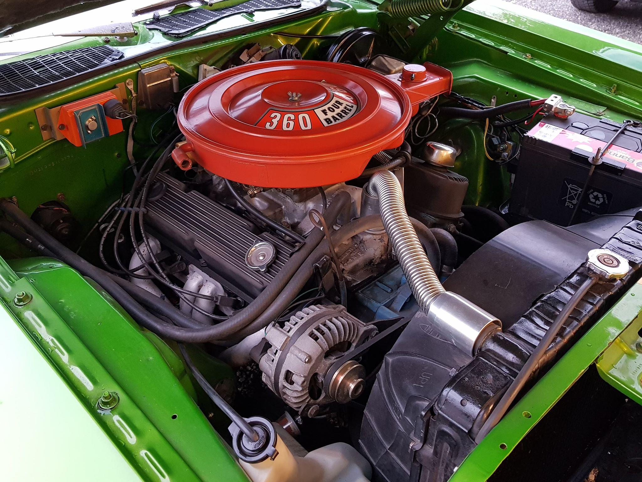 Ny motor på plass. Det er byttet fra den originale 318 til 360 med Edelbrock-forgasser.
