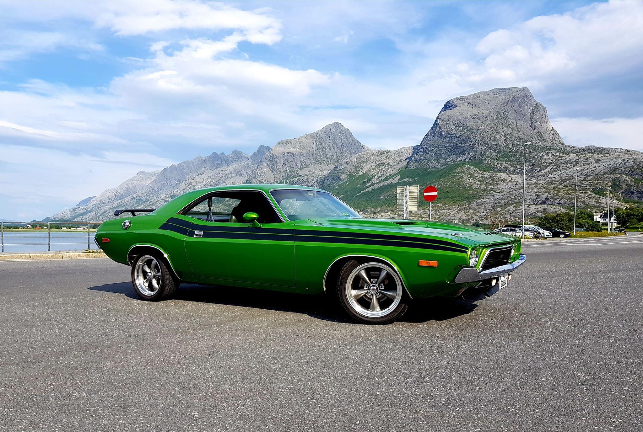 Helgelandskysten byr på en perfekt bakgrunn for en vakker bil.