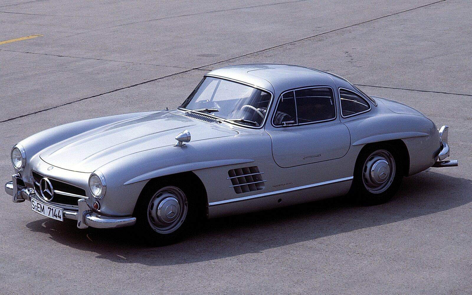 """Som med Ford GT40 kom Mercedes 300SL fra en racerbil suksess i 1952 til en produksjonsbil i 1954. Legendarisk for sine seire, sitt utseende, ytelse og """"måkevingedører"""" eller «gullwing-doors""""."""