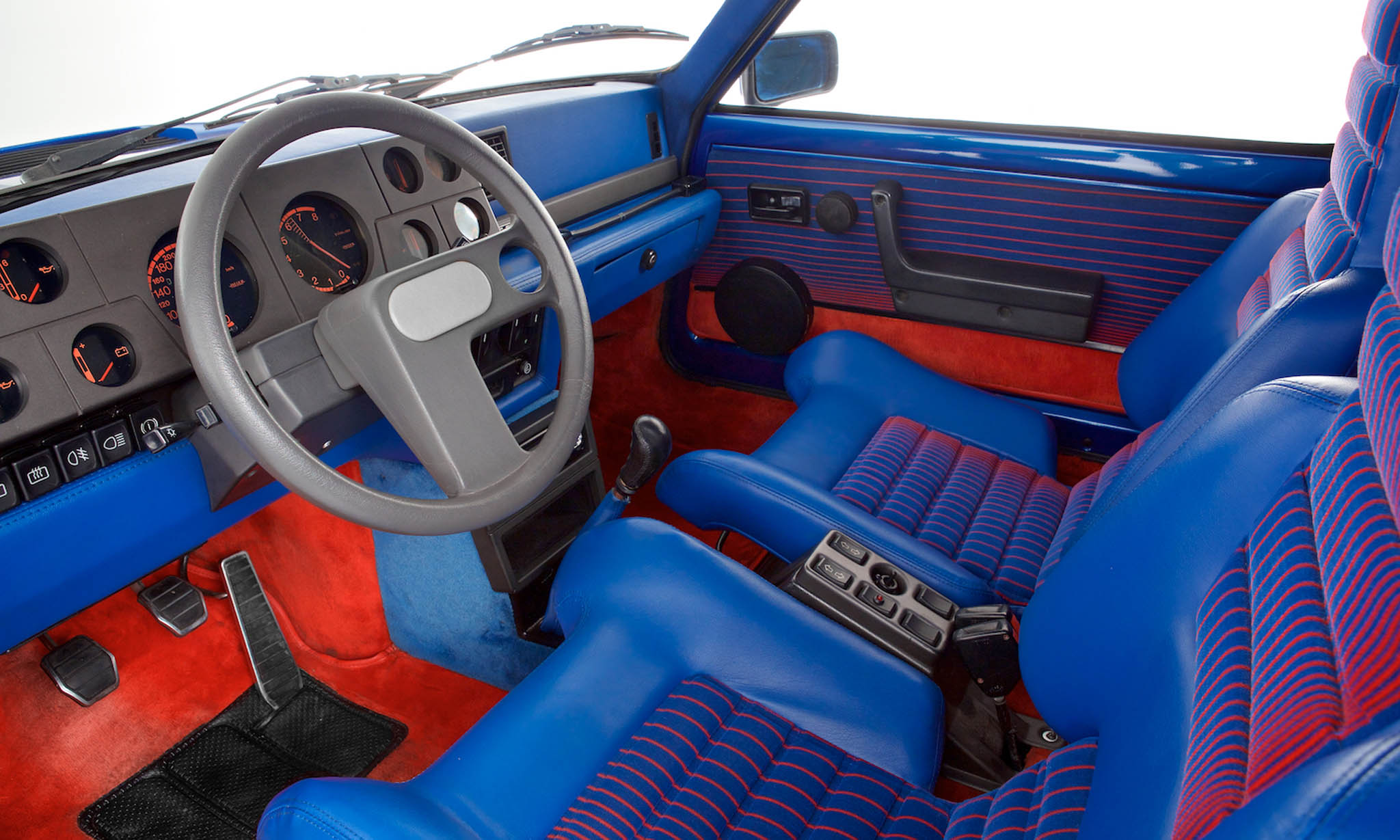 Ikke bare er Renault 5 Turbo en av tidenes tøffeste biler, den har også ett av tidenes tøffeste interiør, designet av folkene hos Bertone.
