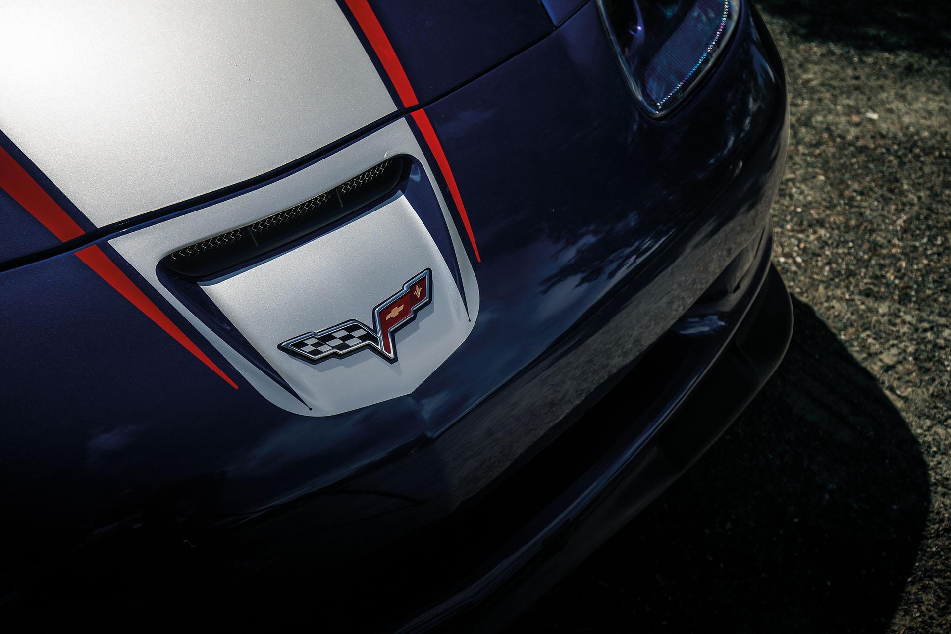 Det klassiske Corvette-emblemet pryder fronten.