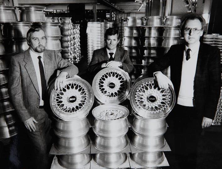 De to mennene bak BBS. Til venstre er Klaus Brand, og i midten står Heinrich Baumgartner. Bilde: BBS Archives