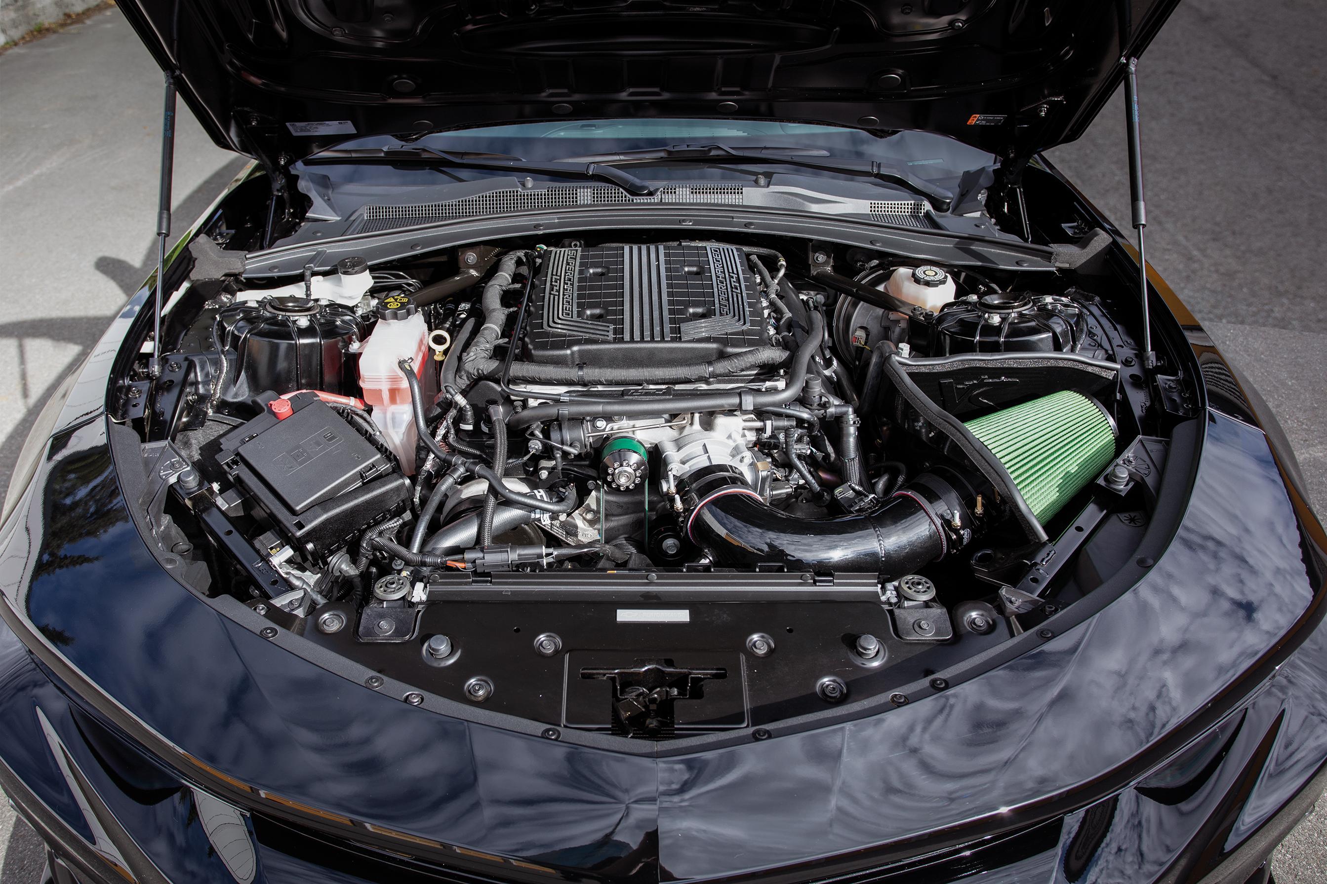 Delikat og trangt beskriver godt Camaroens motorrom