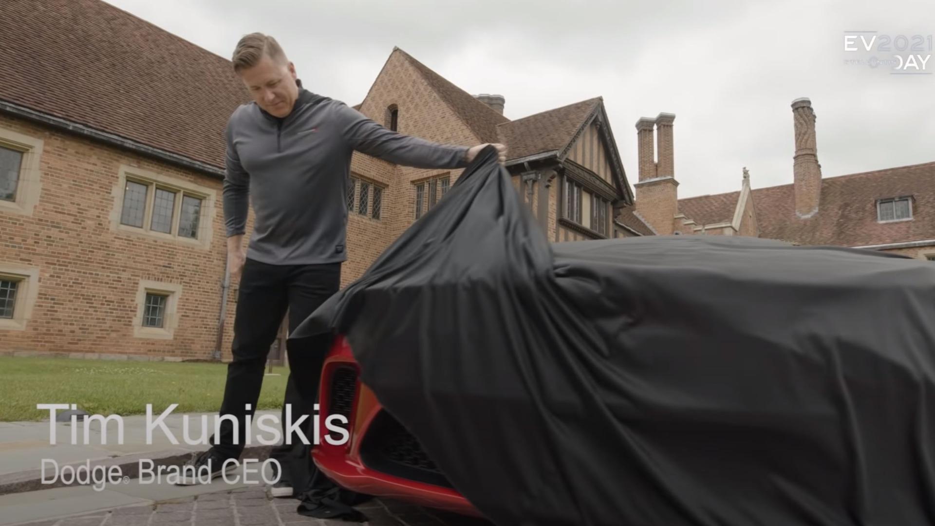 Tim Kuniskis løfter såvidt sløret på det som kan være Dodges nye «eMuscle» bil.