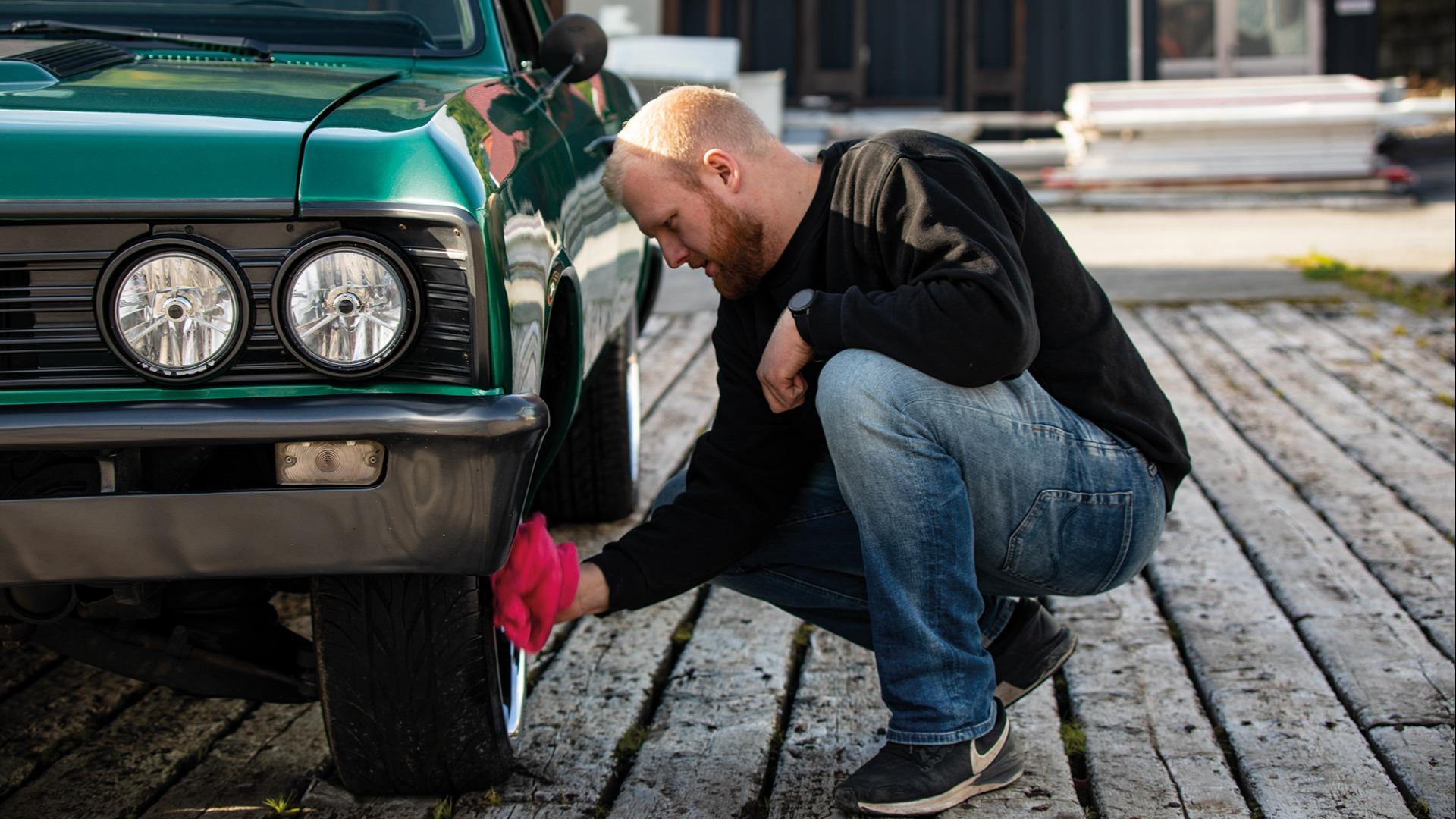 Før kamera får sikte seg inn på bilen må felgene være blanke og fine.