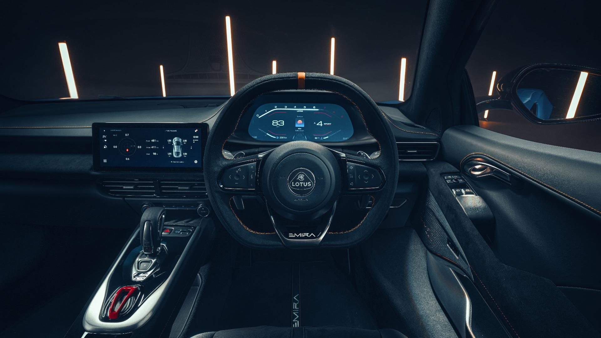 To store skjermer lyser opp bilens interiør.