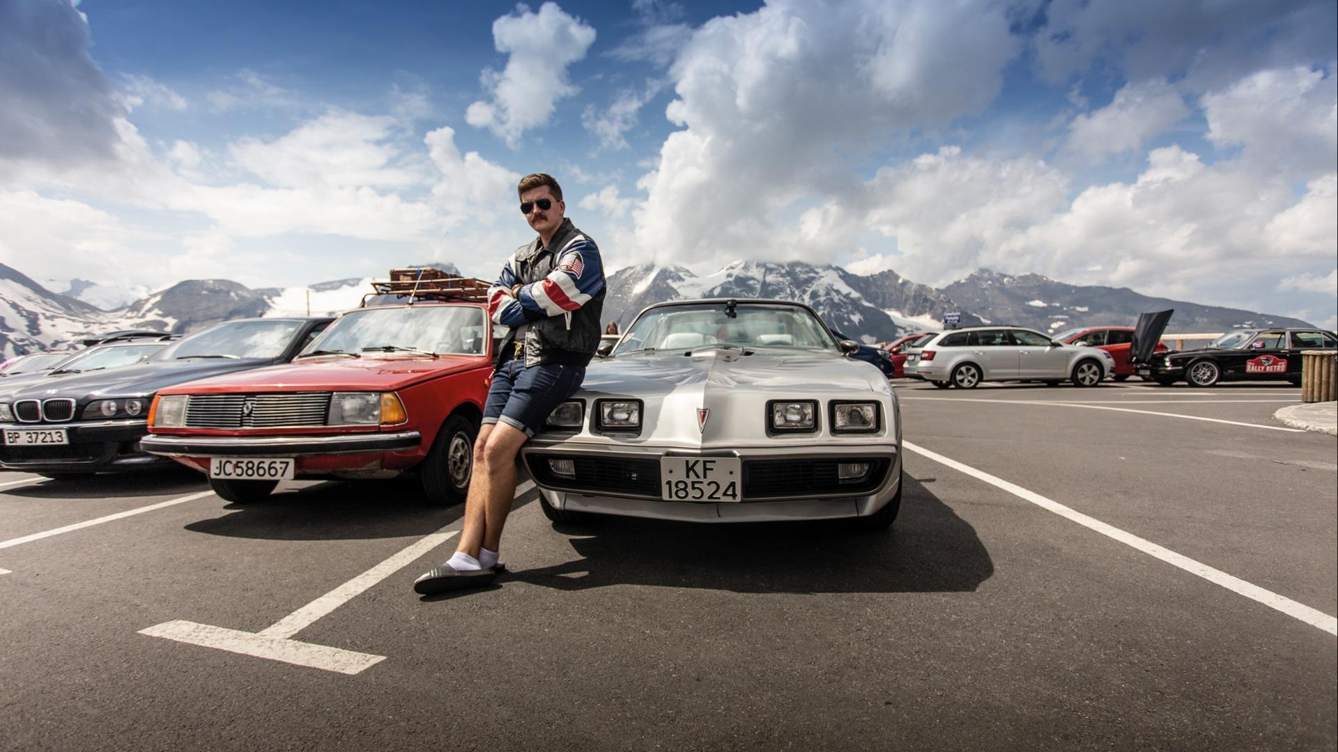 I Rally Retros reglement sto det at deltager måtte være kledd i stil med bilen. Ken Roger har her på seg farens skinnjakke kjøpt i USA