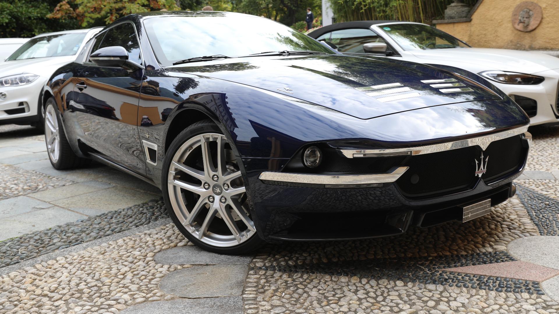 Rundt omkring finner man mange enestående biler som ikke er på selve utstillingen. På lørdag så jeg en Maserati Shamal på henger langs veien, noen folk som drev og fikset på en Lancia 037, og her en aldeles nydelig 2018 Maserati Sciadipersia, som var en one-off laget av Touring Superleggera.