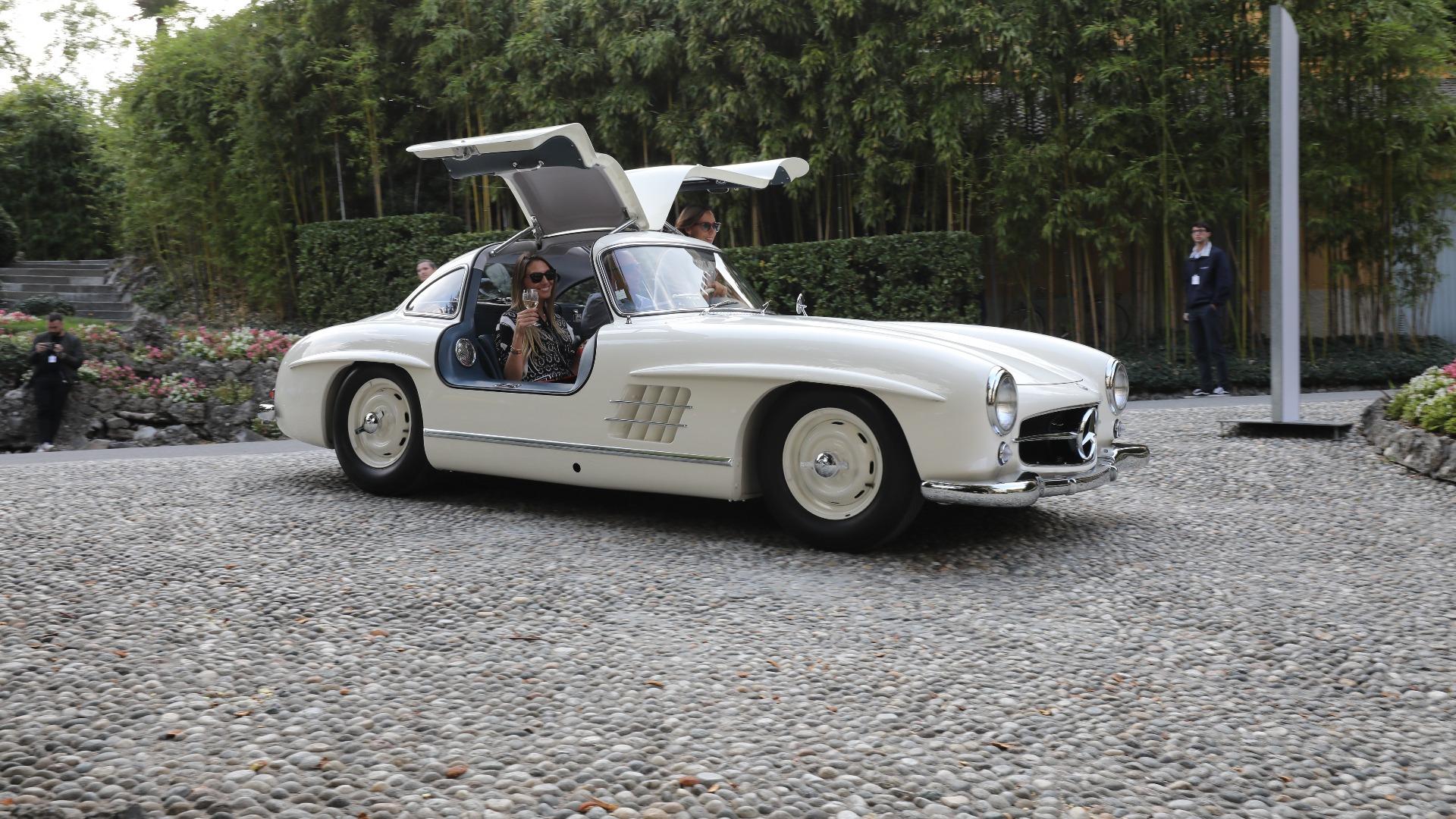 Her er det mye å ta tak i for de som er opptatt av trafikksikkerhet, men har man en 1955 Mercedes-Benz 300SL er det fint å imponere med de vakre dørene.