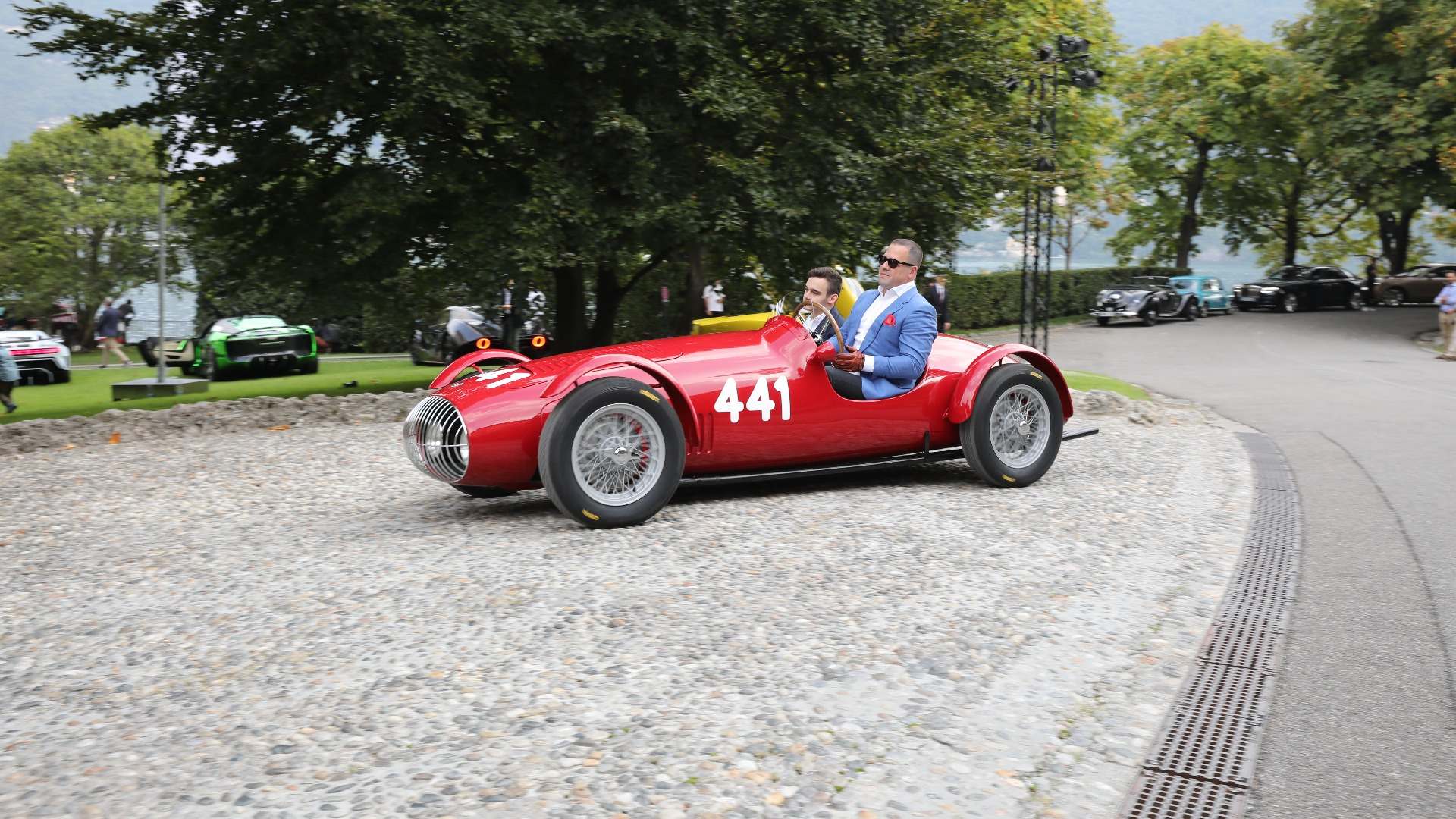 Stor mann i liten bil. Eieren Elad Shraga bak rattet på sin 1949 OSCA MT4 Siluro.
