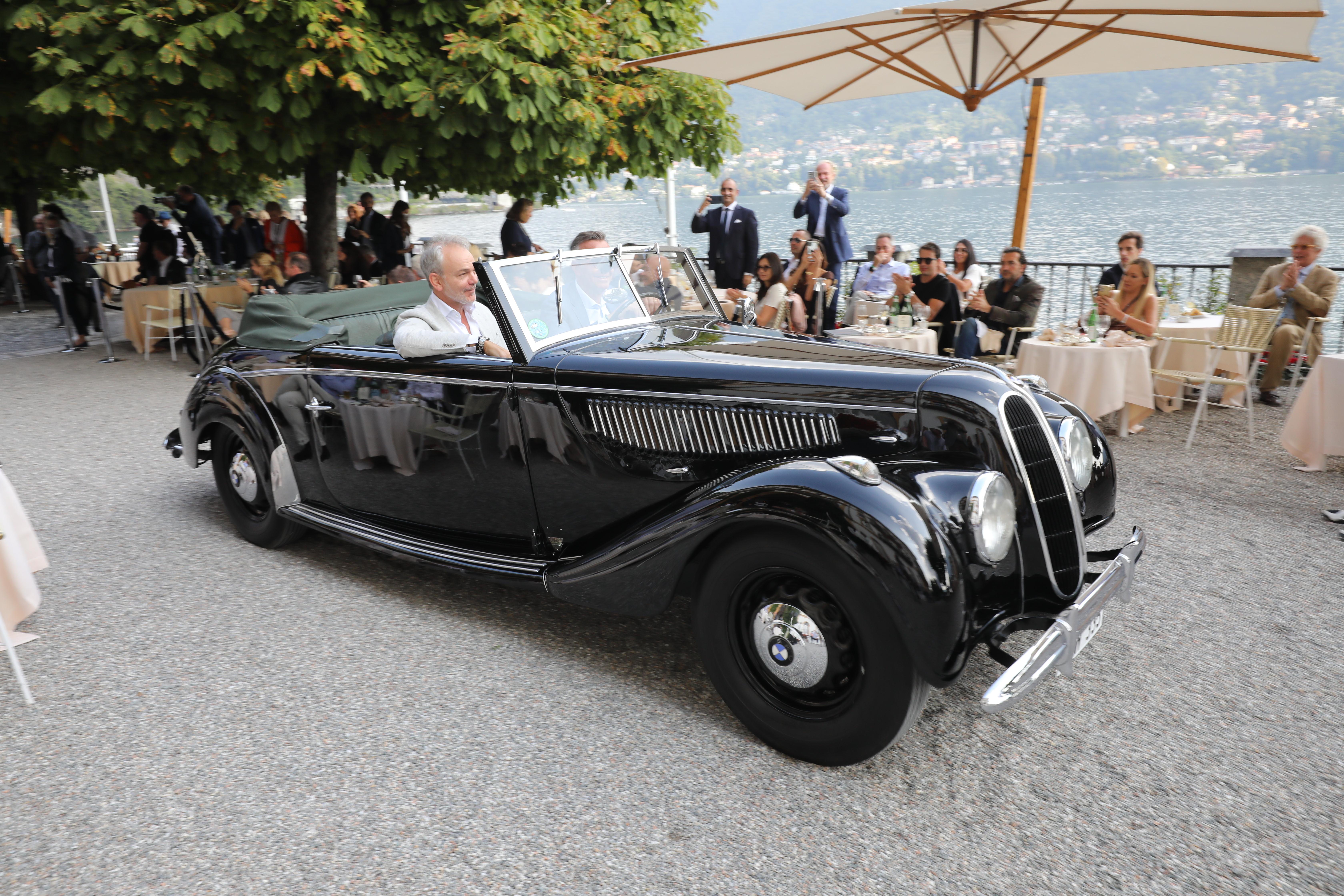 BMWs designsjef blir inspirert av klassiske biler, og ser fornøyd ut i passasjersetet