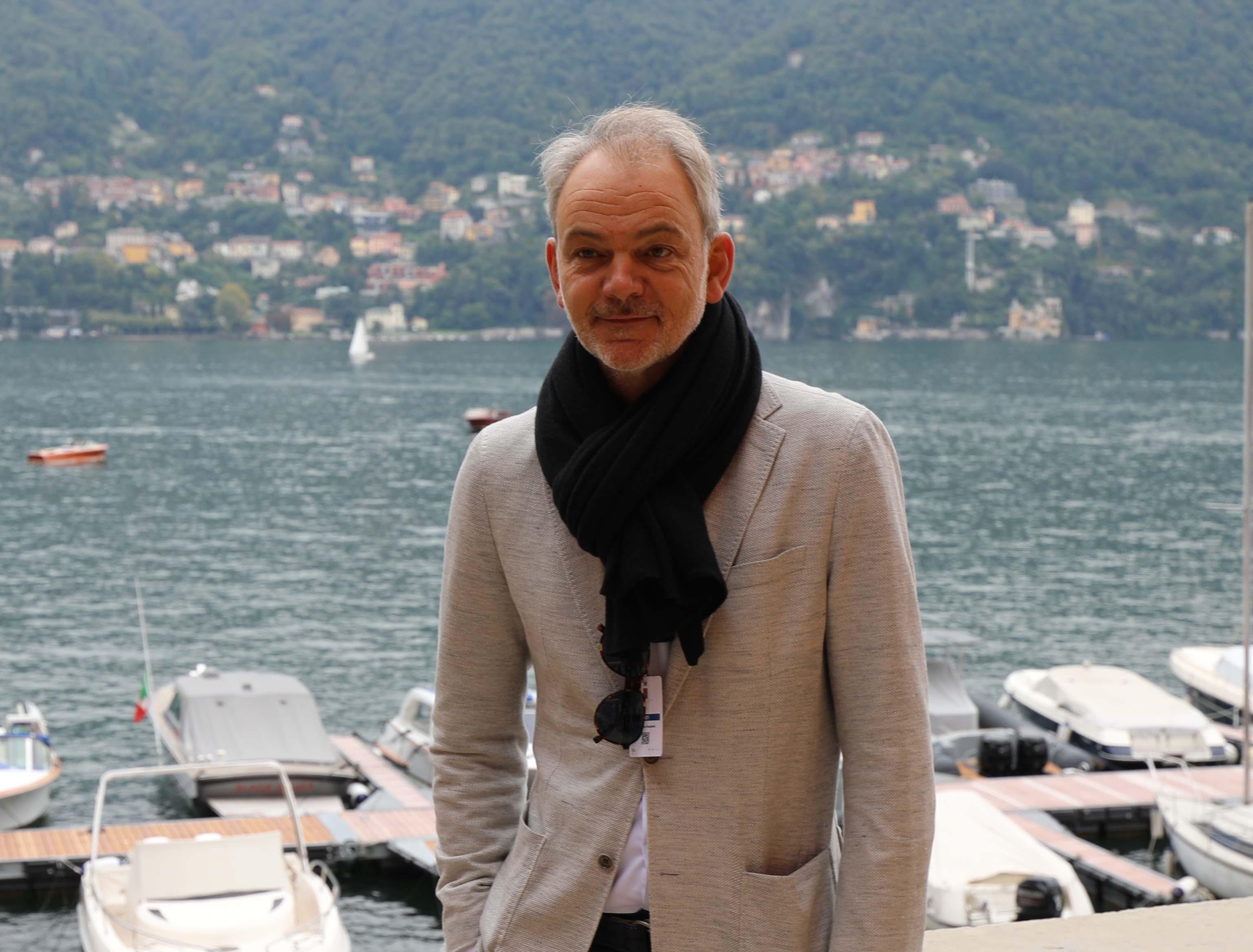 BMWs designsjef i avslappet positur