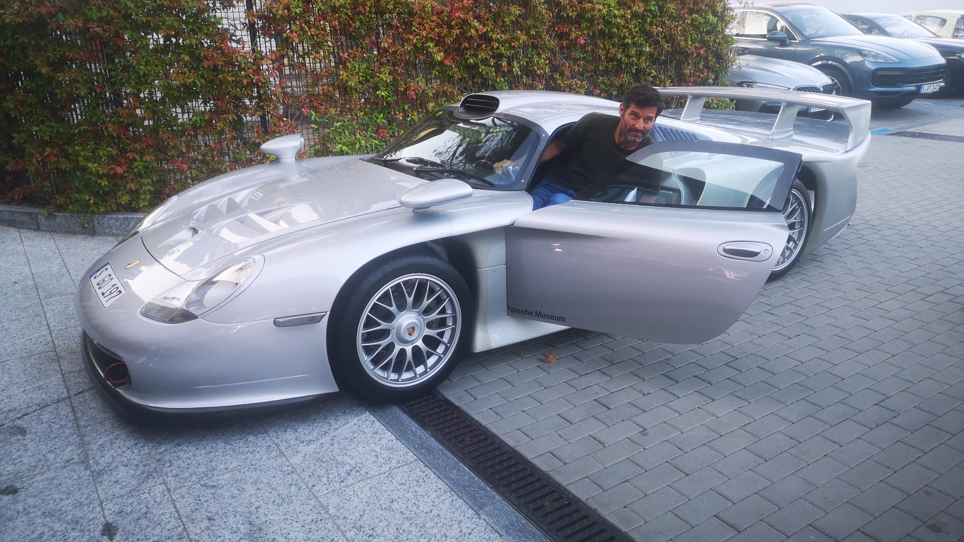 Utenfor hotellet mitt, på vei til middag, dukket det plutselig opp en til Porsche 911 GT1! Med ingen ringere enn tidligere Formel 1 fører Mark Webber bak rattet. Only in Villa D'Este!