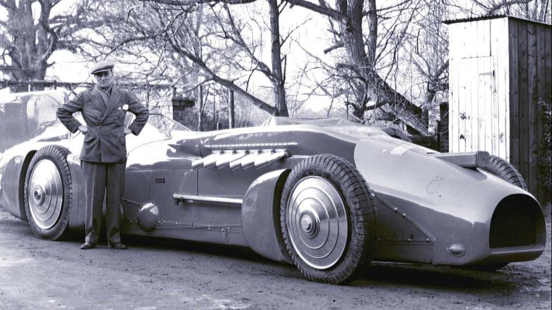 En fornøyd Malcolm Campbell med sin Bluebird utrustet med en 2300 hesters R-motor.