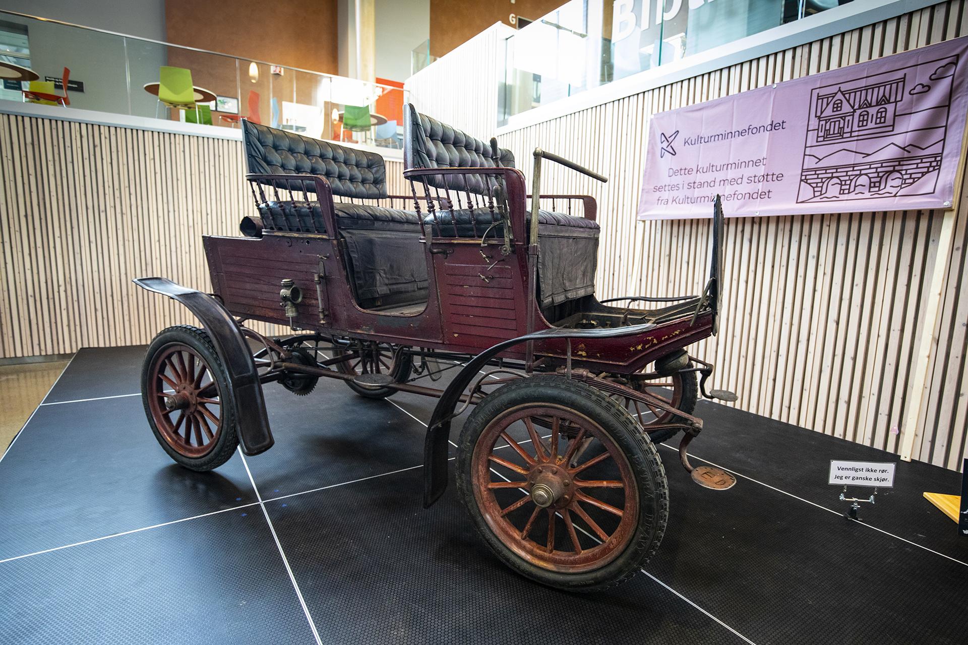 Kjell Ivar Haltvik stilte med utsilingens eldste. En 1903 Locomobile, som trolig er den eneste dampbilen i landet.