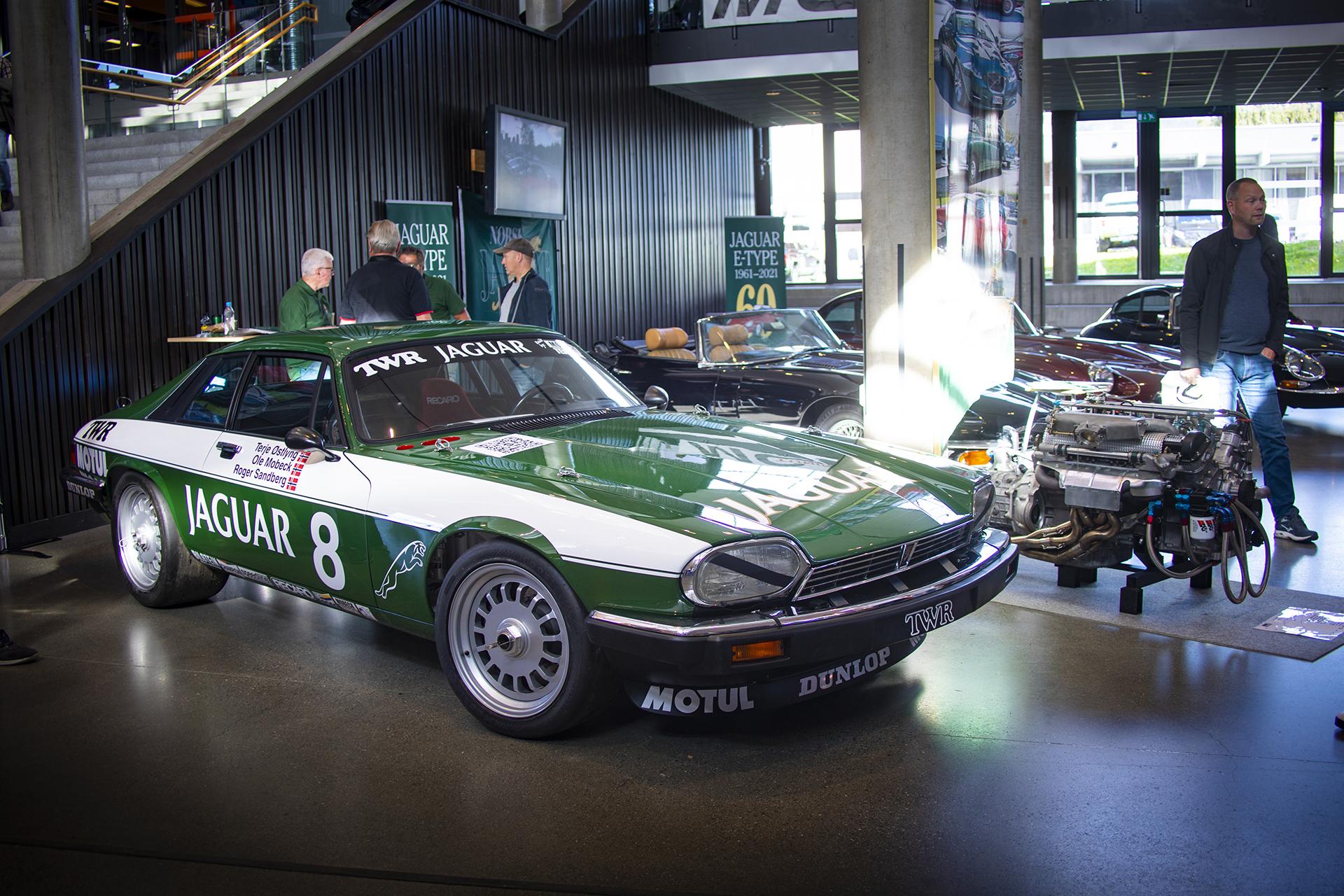 Ved inngangen hadde Ole Mobeck og Terje Østlyng rigget frem sitt Jaguar XJS TWR-tribute-prosjekt
