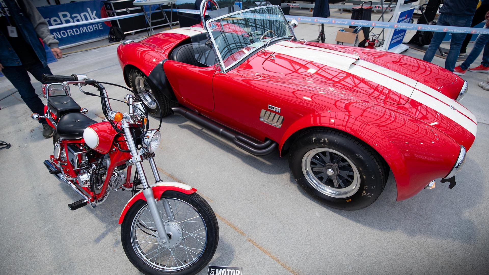 427 AC Cobra sammen med noe enda mer sjeldent, nemlig en Shelby på to hjul! Begge er selvfølgelig signert av Carroll Shelby.