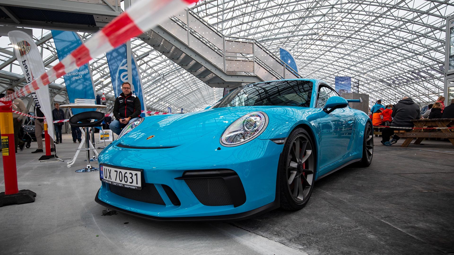 Man får vann i munnen av babyblå Porsche 911 GT3!