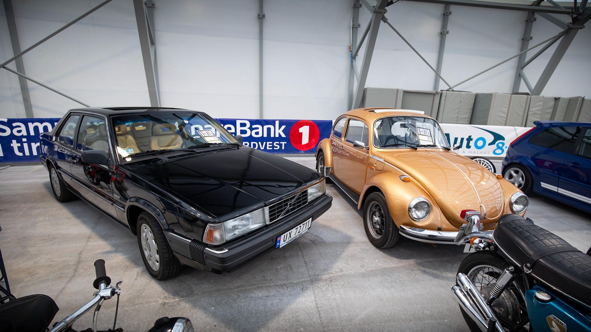 To gamle klassikere i utrolig god stand. Volvo 780 Coupe og VW Boble.