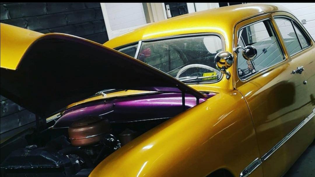 Den lilla fargen i motorrommet har samboeren hans valgt. Neste på planen er gangstercap på taket