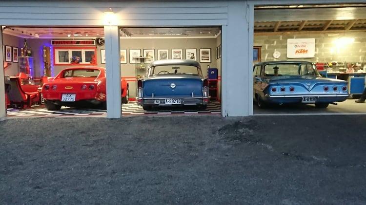 Litt av en garasje! Fars bil, bilen de eier sammen, og sønnens Impala.