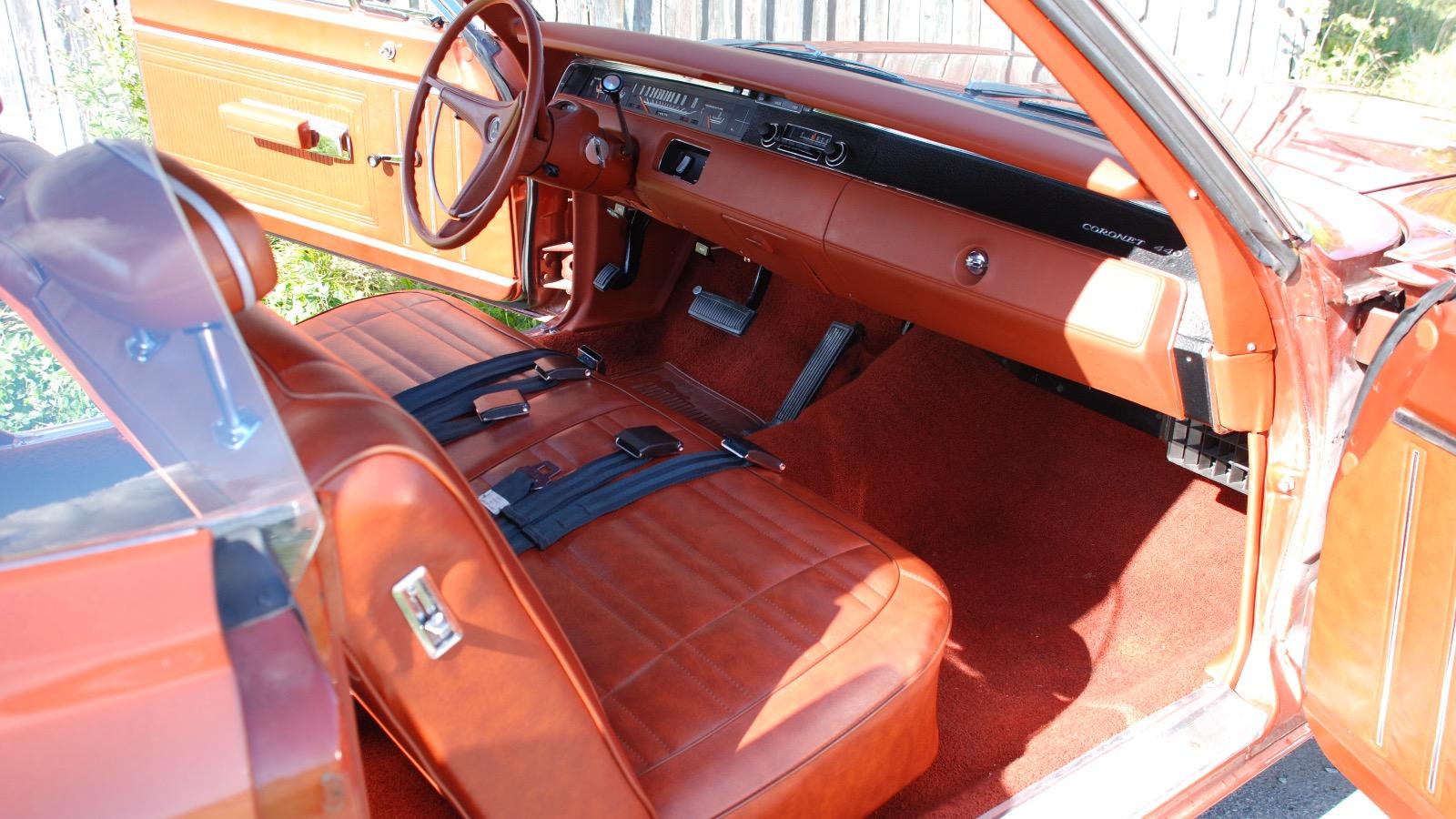 Helhetsinntrykket av bilen forsterkes med det brun-oransje interiøret.