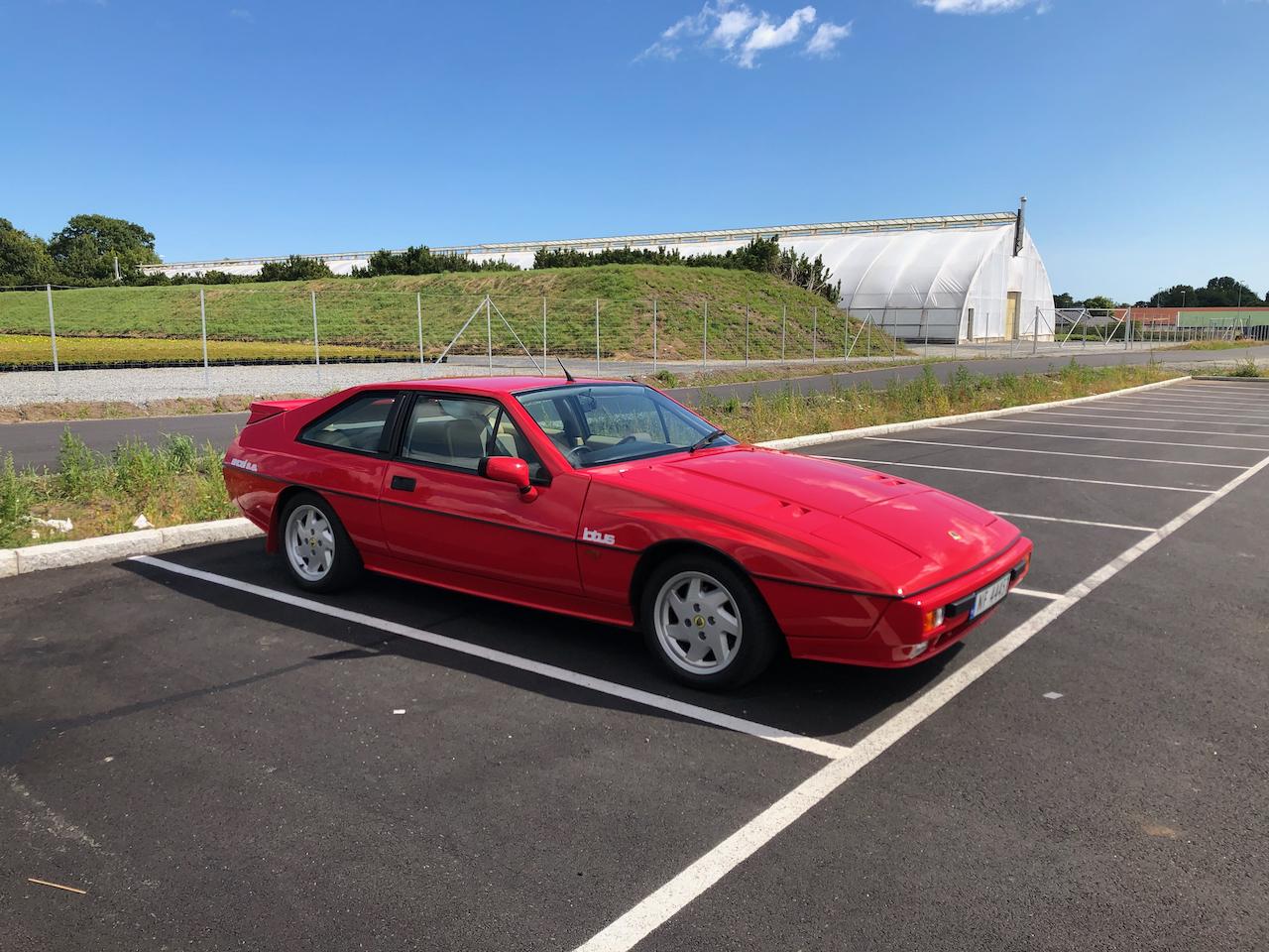Når solen titter frem parkerer han Alfa Romeoen og tar frem Lotusen