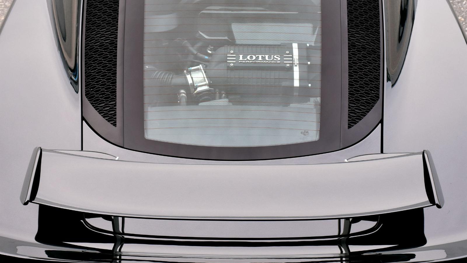 Motoren er synlig gjennom glasset på bakluken