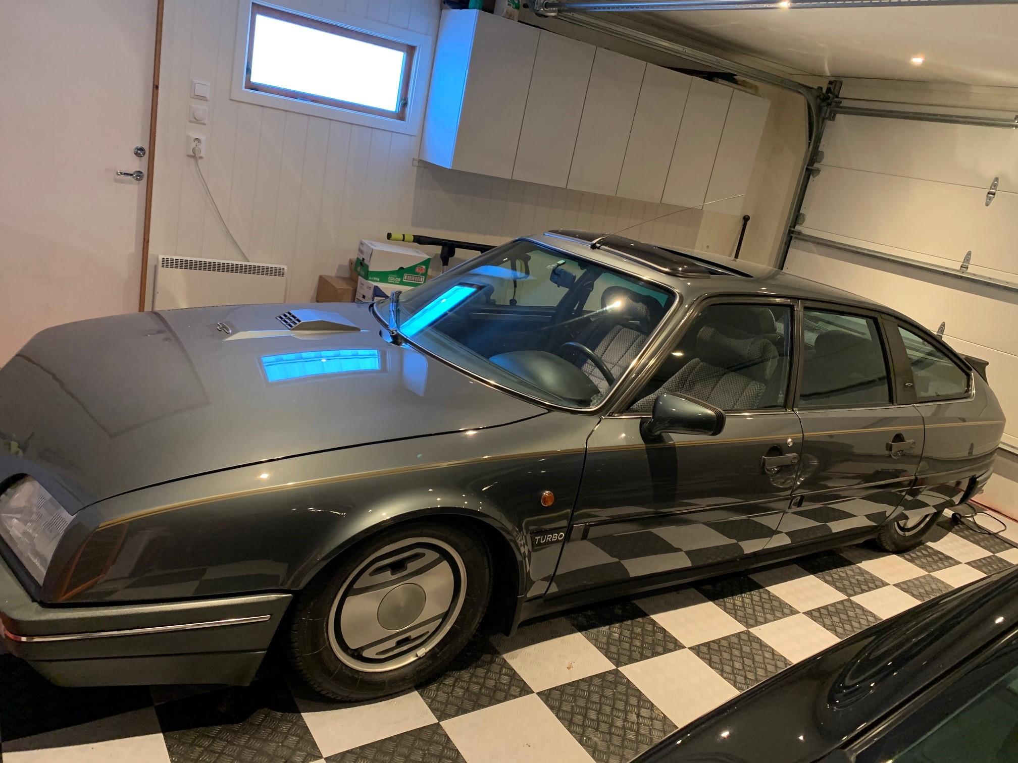 Her er bilen med originalfelger i Kenneths garasje.