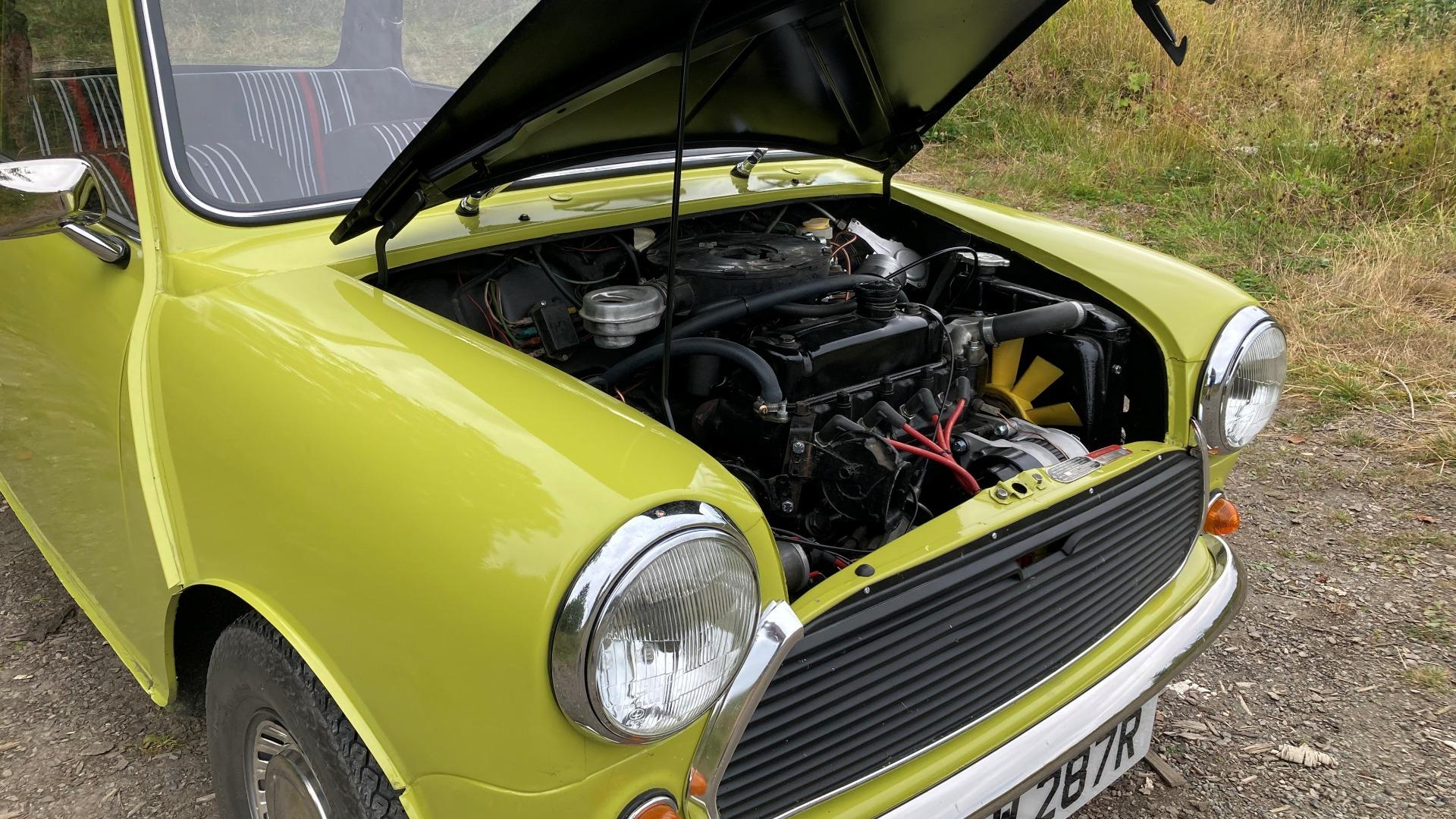 Til og med i motorrommet er bilen helt identisk, til tross for at mange detaljer aldri vises på tv.