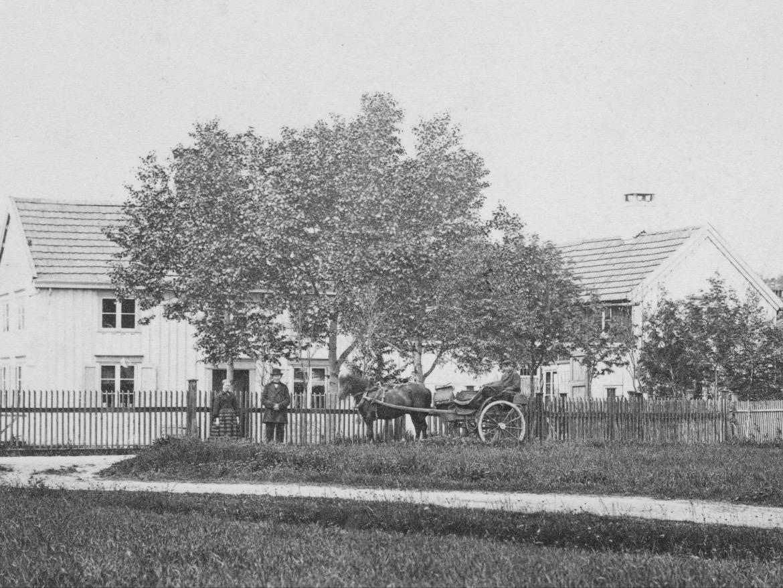 Dette bildet er tatt ved lystgården Lillegården på Lilleby rundt 1870.