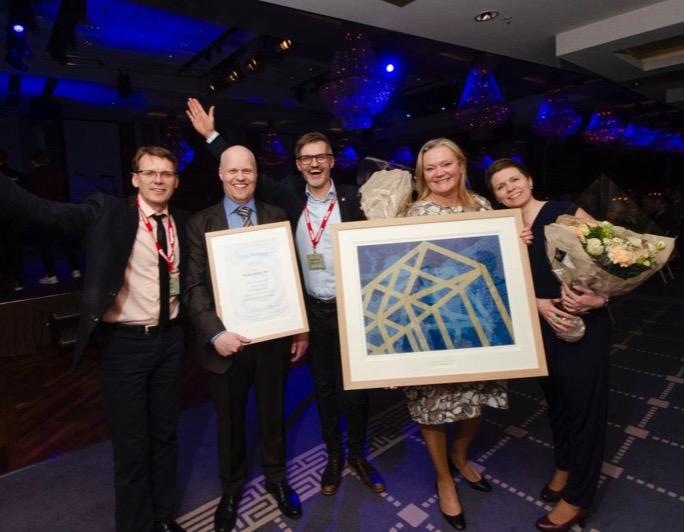 Ansatte i Veidekke og Hus Arkitekter feirer prisen