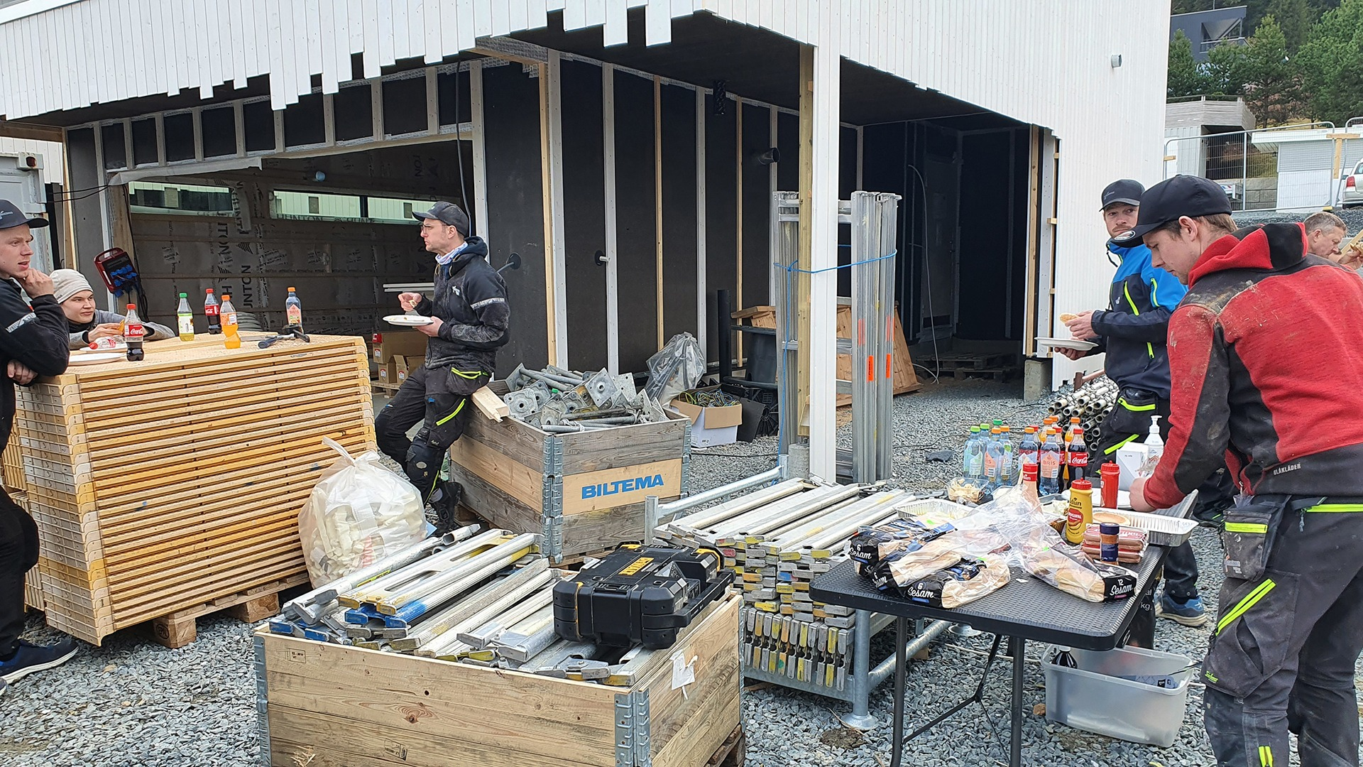 Av og til lar vi matpakken ligge og serverer heller lunsj på byggeplassen til tømrerne. Vel fortjent!