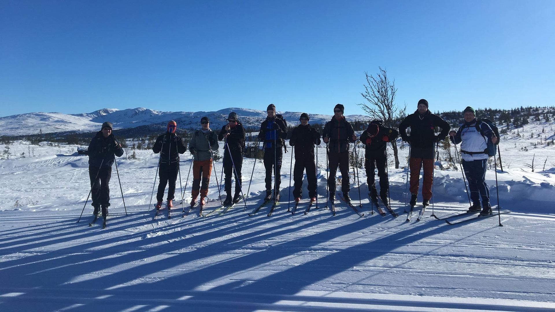 For et par år siden tok vi alle ansatte med på en to-dagers skitur. Her er noen av dem. Samhold skaper trivsel!