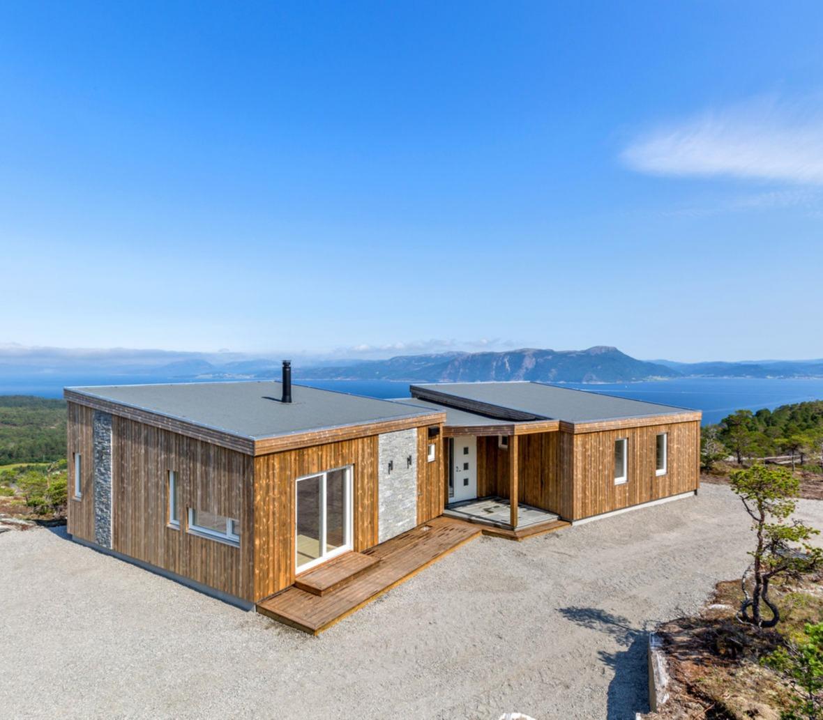 Denne hytta har vi bygd på en av nabotomtene. Knekken i hytta gir en fantastisk utsikt!