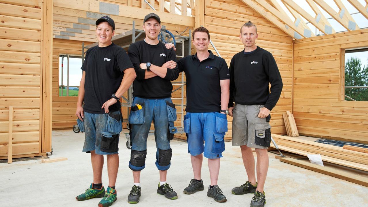 Disse blide tømrerne venter på nye medarbeidere