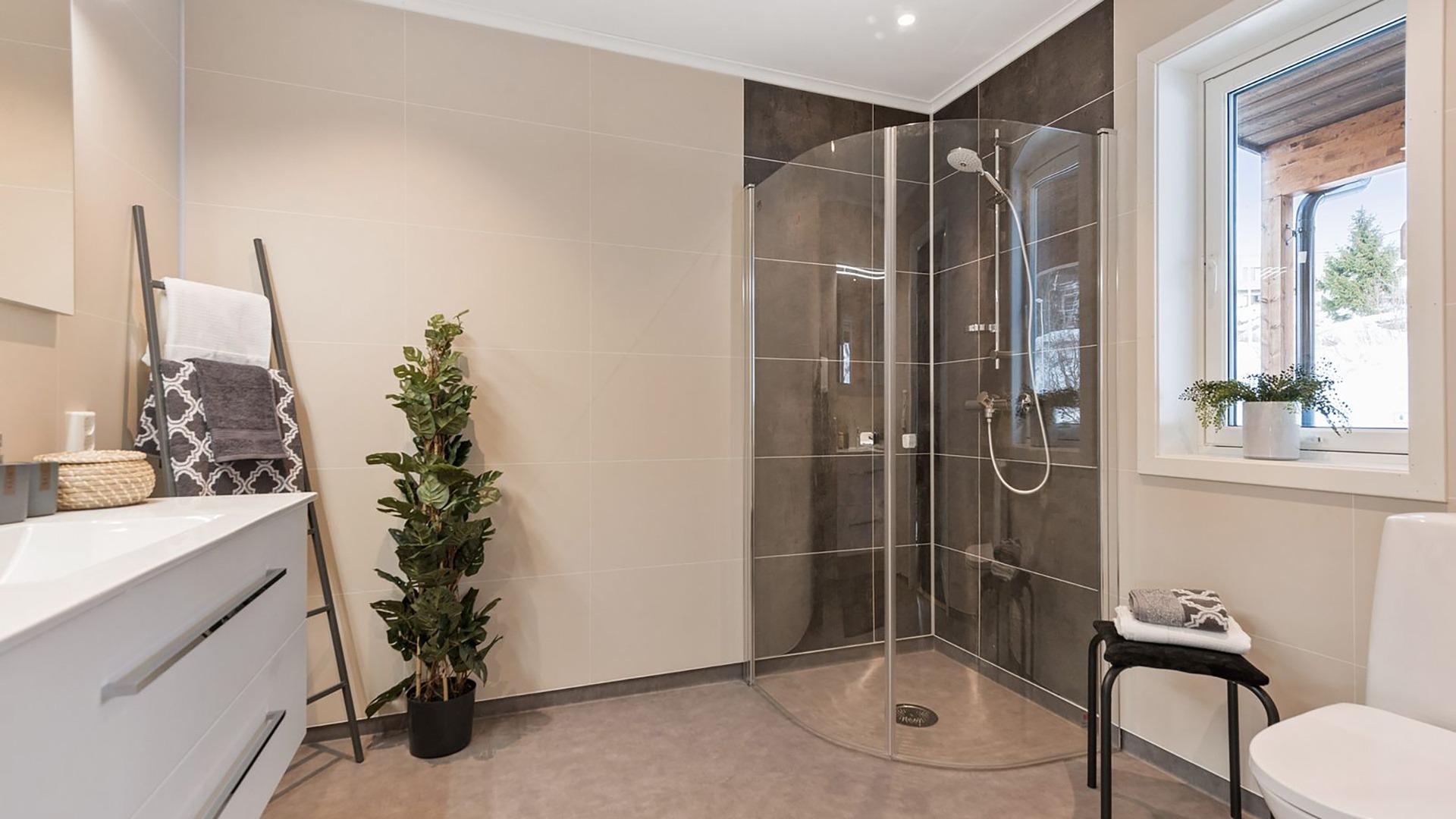 I boligen er bad i begge etasjene