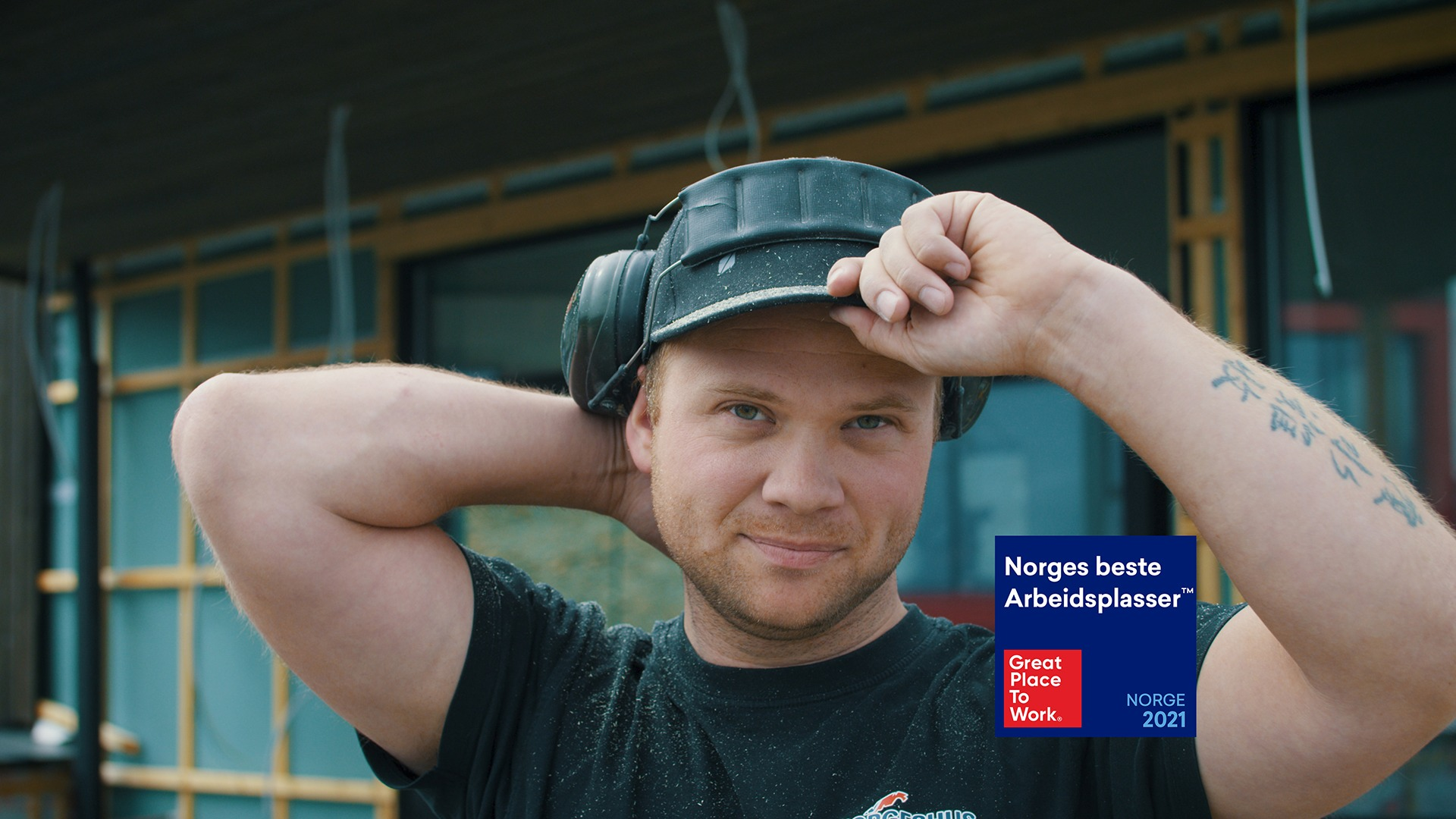 Stian er en av våre dyktige tømrere. Han ser frem til å bli kjent med nye kolleger!