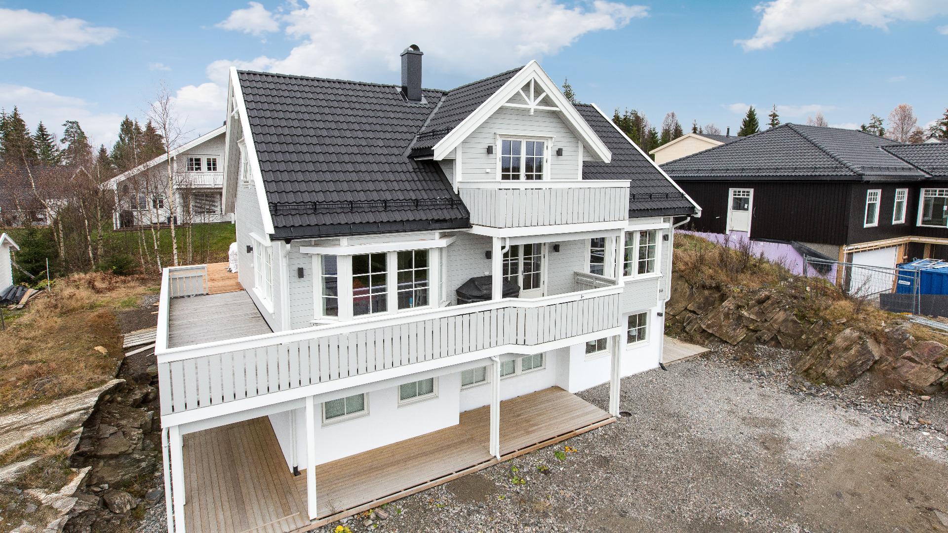 En mer tadisjonell fasade gir Granli et helt annet uttrykk. Akkurat dette huset har fått en liten veranda utenfor loftstua, i tillegg til karnapper i oppholdsrommene i første etasje.