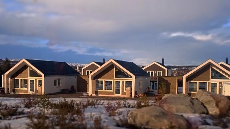 Knerten på Røsos, her er det et helt felt med denne kompakte boligen.